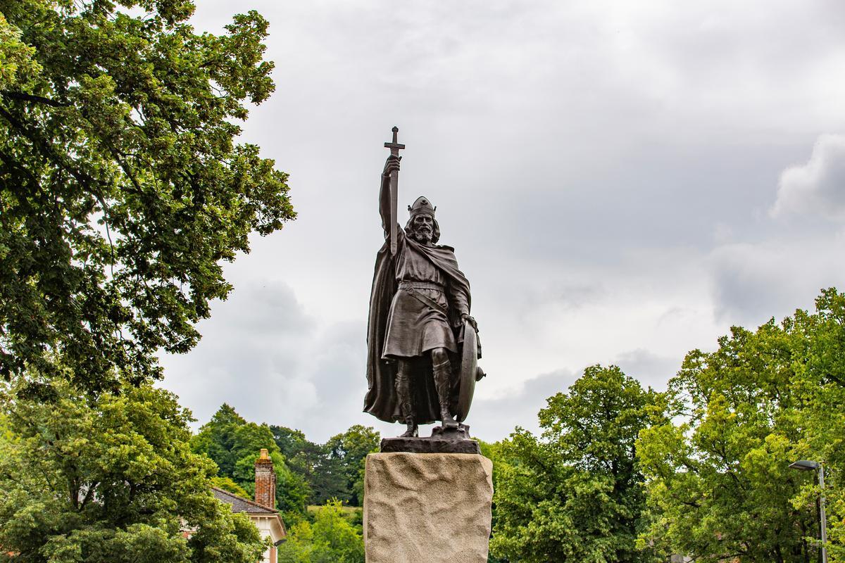 RobertSpanring KingAlfredWay Winchester Statue July2020 IMG 0316-1200px